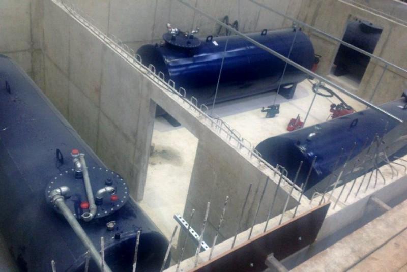Brandstoftanks in de betonnen bak van het ponton
